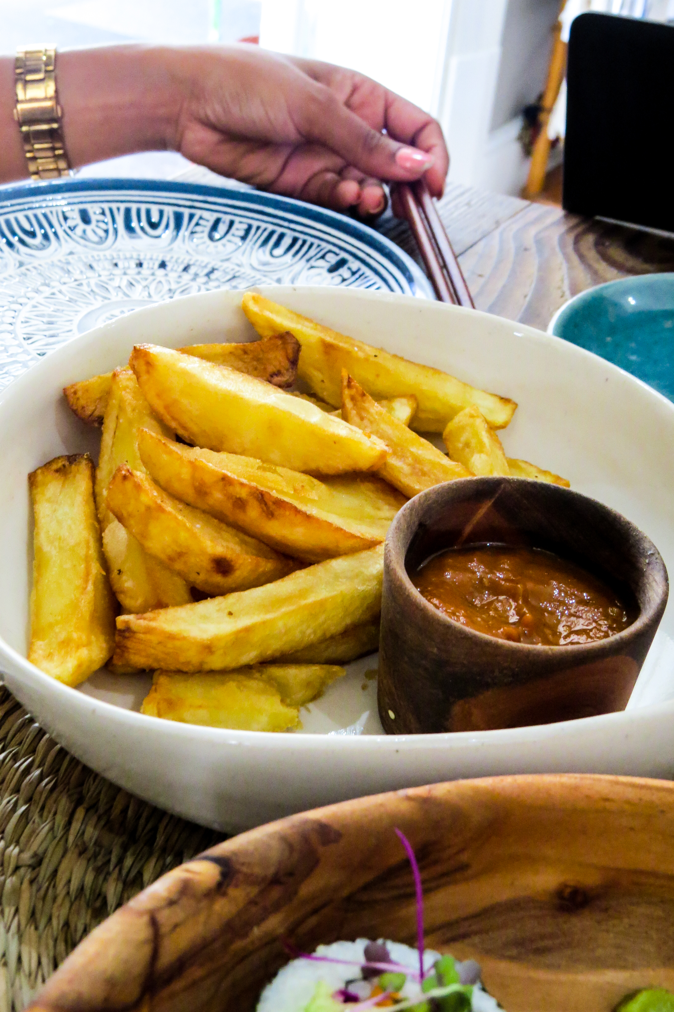 picture of thick cut fries and tomato sauce